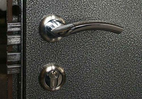 Молотковое покрытие металлических дверей